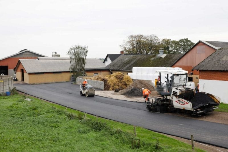 Colas-asfalt-til-Peter-Hollensens-landbrug2