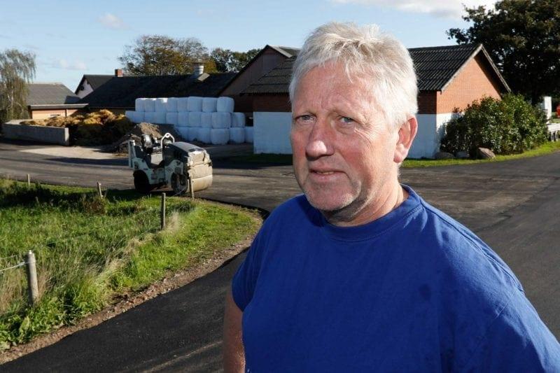 Landmand Peter Hollensen har fået asfalteret ny plads og ved med asfalt til stald og gylletank.