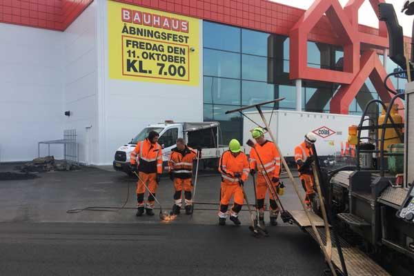 Bauhaus-Gladsaxe-Colas-udlægger-asfalt-på-parkeringsplads