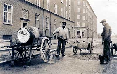 Håndarbejde-på-gade-før-1930-Copyright-Colas-Danmark