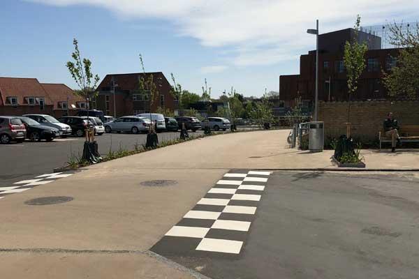 600×400-Viborg-bibliotek-Colas-udlægger-hvid-og-sort-asfalt-p-plads-og-stier