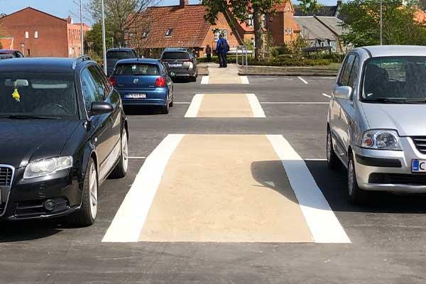 600×400-Viborg-bibliotek-Colas-udlægger-hvid-og-sort-asfalt-p-plads-og-stisystem