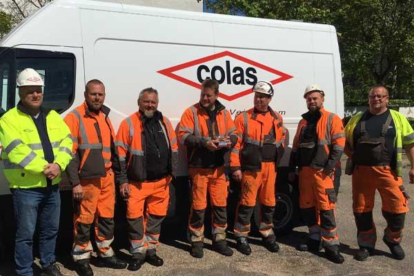 Colas-vandt-arbejdsmiljøpokal-2020_Jan-Dyhrs-hold-modtog-pokalen-på-Strandvejen-104-på-vegne-af-hele-Colas