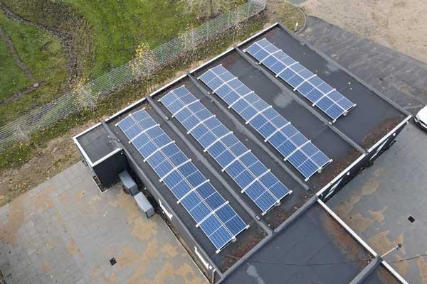 Colas-nye-fabrik-i-Horsens-administrationsbygninger-med-solceller-600×400